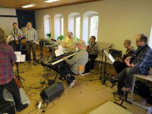 Ulf Krokfors johtaa Soundisorvaamoa. Kymmenhenkisen osanottajajoukon naisedustajat jäivät kuvassa basistin taakse.