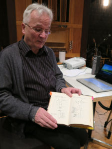 Tuomo Rytkönen esittelee Risto Santalan Juuret II -kirjan karttoja.
