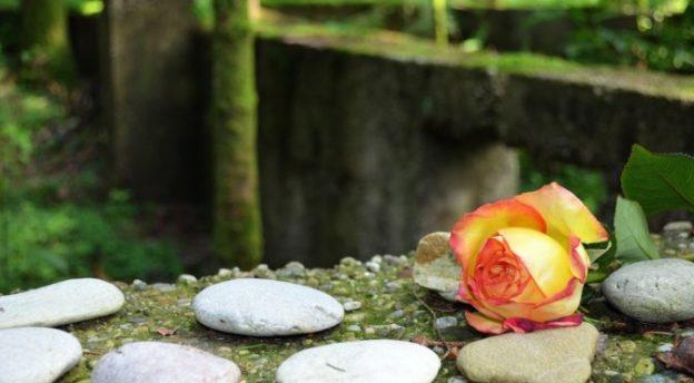 Voiko Jumala antaa anteeksi hirmutekojen tekijöille? Sitä pohtii opetuksessaan Pohjois-Karjalan Ev.lut. Kansanlähetyksen piirijohtaja Gerson Mgaya. Kuva Dachaun keskitysleiristä: Pixabay