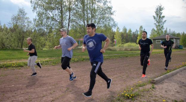 Maahanmuuttajatyön viestijoukkue harjoittelee juoksemalla cooperin testiä Ryttylässä