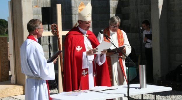 Arkkipiispa Urmas Viilma toimitti siunauksen, ja häntä avustivat Hagerin kirkkoherra Jüri Valsalu ja Sakun seurakunnan pastori, Norjalainen lähetystyöntekijä Magne Mölster.