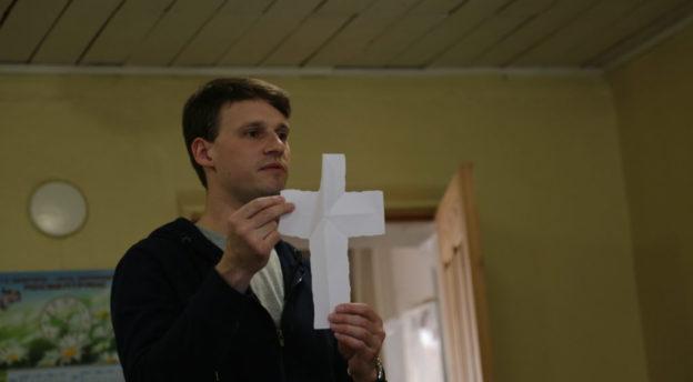 Konstantin veti omalla sympaattisella tyylillään leirin pitäen hengelliset asiat esillä. Kuva: Inkerin kirkko, Mikael Halleen