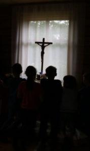 Leirin lopuksi lapset siunattiin. Kuva: Inkerin kirkko, Mikael Halleen