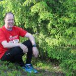 Kuvassa Olli Saranpää istuu kalliolla