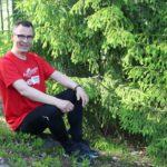 Kuvassa Torsti Tauriainen istuu kalliolla