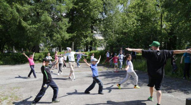 Leirille saapui ammatikseen tanssia opettava pariskunta, joka lahjoitti lapsille opetussession. Kuva: Inkerin kirkko, Mikael Halleen