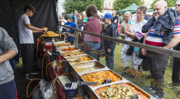 Tänäkin vuonna Kansanlähetyspäivillä oli runsaasti erilaista ruokaa tarjolla. Kuva: Philiippe Gueissaz