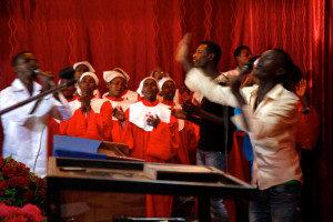Laulujen aikana tunnelma kohosi korkealle, kirkkokansa tanssi ja taputti käsiään. Äänentoisto oli arvioni mukaan täysillä, ainakin se oli liian kovalla minun korvilleni. Siksi etiopialaisessa jumalanpalveluksessa istun mieluiten takana.