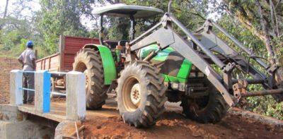 Projektia varten hankittu traktori oli miltei välttämätön kaikissa kuljetus- ja nostotöissä.