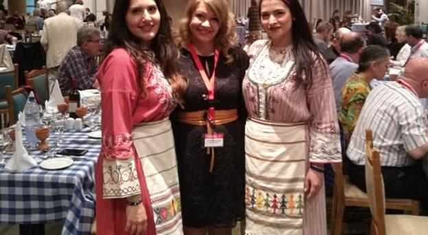 Tiimimanageri Nicoletta Michaelin (oik.) ja kirjanpitäjä Afroditi Athanasioun kanssa Sat-7 Network -konferenssissa maaliskuussa. Nicoletta ja Afroditi ovat pukeutuneet perinteisiin kyproslaisiin asuihin.