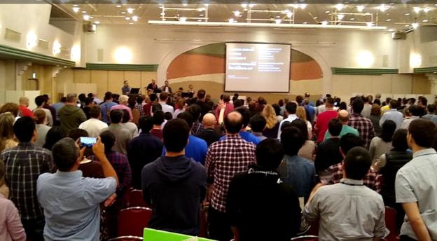 Yleisöä Japanin Church Planting Instituutin järjestämästä kolmipäiväisestä konferenssista.