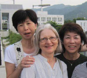 """Lähetystyöntekijät olivat minulle aluksi vain lasteni englannin opettajia. Nyt he ovat uskon sisariani ja veljiäni"""", Kayomi sanoo. Kuvassa vasemmalta: Kayomi Mizukami, Helena Kallioinen ja Ayako Kashiwagi."""