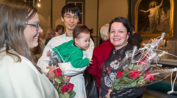 Johanna ja Shuhei Yamaguchi ovat suuntaamassa lähetystyöhön Japaniin. Heidät kukitti lähettikuraattori Katriina Sipari. Kuva: Philippe Gueissaz