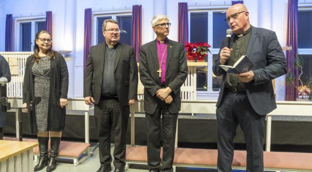 Apulaislähetysjohtaja Teijo Peltola (kuvassa oikealla), hänen vierellään piispa Matti Repo, lähetysjohtaja Mika Tuovinen ja Kansanlähetyksen liittohallituksen puheenjohtaja Regina Leppänen.