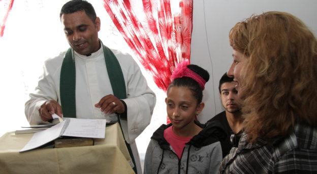 Feymi-pastori opettaa nuoria