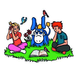 Ruut ja Saku lukevat Donkki-aasin kanssa kirjaa nurmikolla. Kuva: Sini Kuparinen