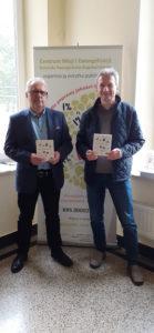 CME-lahetyksen johtaja Pawel Bumpert Obst ja Marek Cieslar juuri painosta tulleen Avioliitto-kirjan kanssa