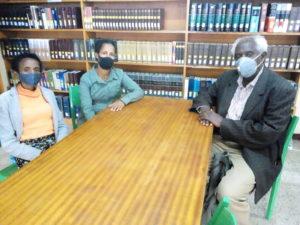 Pastori Bulti ja opiskelijat seminaarin kirjastossa. Kuva: Esko Siljanen