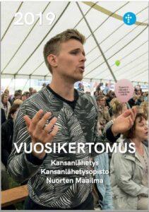 Vuosikertomuksen 2019 kansikuvassa nuori mies laulaa Kansanlähetyspäivillä Ryttylässä.