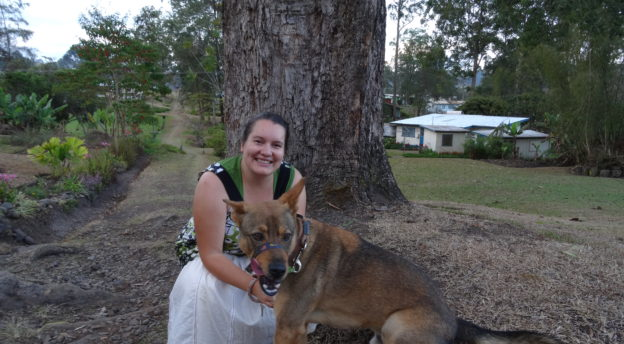 Maria Vuorma iltalenkillä koiran kanssa.