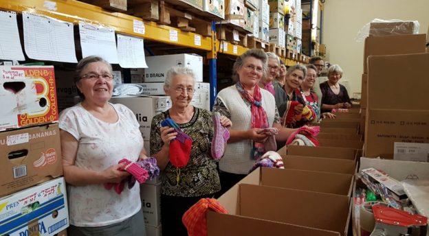 Vapaaehtoiset pakkaamassa joulupaketteja Saksassa.