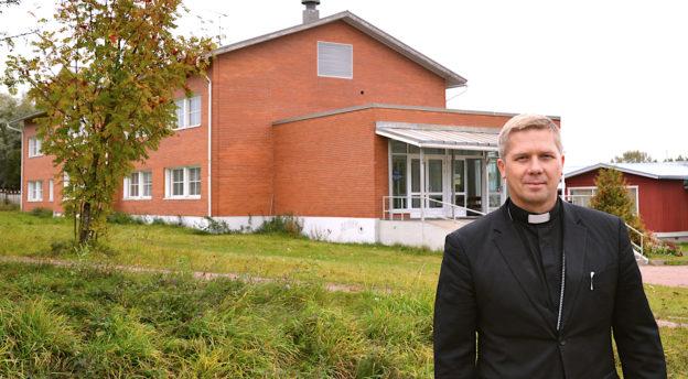 Piispa Ivan Laptev Inkerin kirkon Teologisen Instituutin pihassa Keltossa. Kuva: Liliann Keskinen