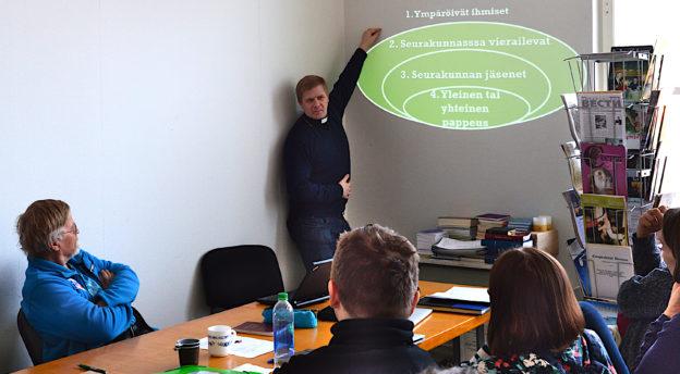 Inkerin kirkon piispa Ivan Laptev kouluttaa Kansanlähetyksen työntekijöitä Kelton koulutuskeskuksessa. Kuva: Liliann Keskinen