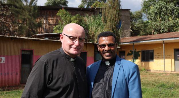 Teijo Peltola ja pastori Alemayhu tulevan koulutuskeskuksen tontilla helmikuussa 2020 Etiopian Jimmassa. Kuva: Pauliina Hilden