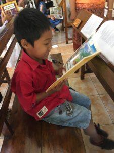 Lapsi lukee kuvitettua Raamatun kertomusta.