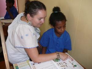 Maria Vuorma opettaa pientä tyttöä.
