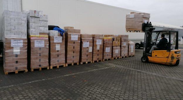 Laatikot odottavat lastausta Tuurin varaston pihalla.