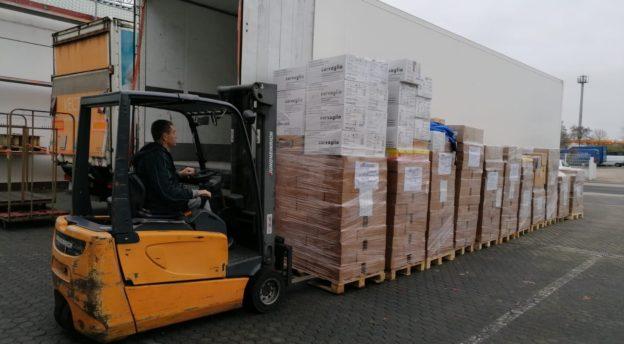 Laatikoita nostetaan autoon kuljetusta varten.
