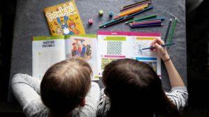 Lapset lukevat Donkki-lehteä.