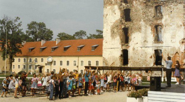 Mika puhumassa linnan pihassa Pöltsamaalla.