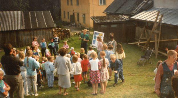 Suomalainen aktioryhmä Pöltsamaalla.
