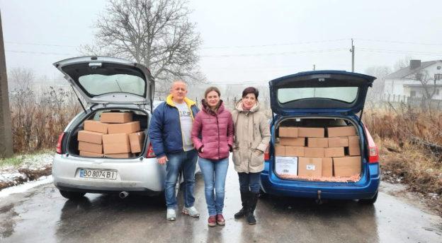 Ukrainalaiset vapaaehtoiset viemässä joulupaketteja lapsille.