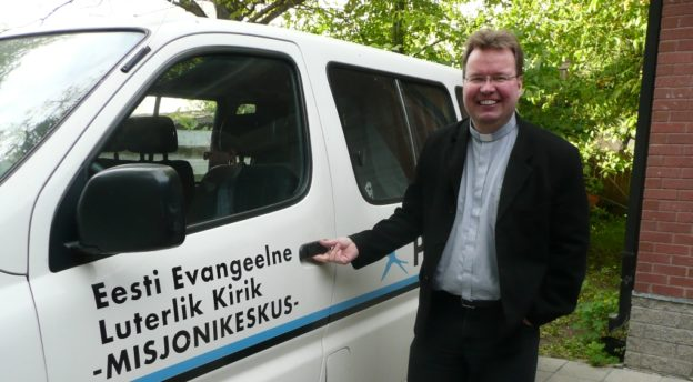 Viron kirkon lähetyskeskuksen johtaja Mika Tuovinen Biiblibussin vierellä.