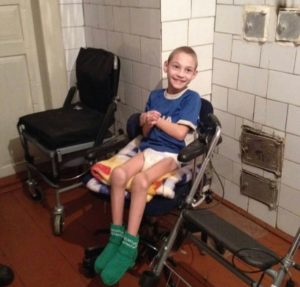 Poika on saanut sukat. Kuva: Idän kirjallisuustyön arkisto