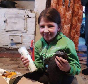 Lapsi on saanut joulupaketin. Kuva: Idän kirjallisuustyön arkisto
