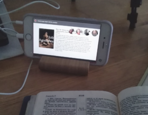 Opiskelu netin välityksellä. Kuvassa kännykkä ja Raamattu.