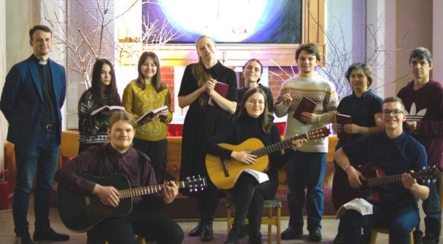 Uralin rovastikunnan rovasti Konstantin Subbotin (vas.) Tšuvassiasta oli seurakuntansa nuorten kanssa vierailemassa Velmema-seurakunnassa.