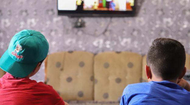 Pakolaislapset katsovat SAT-7-KIDS-kanavaa. Kuva SAT-7-arkisto.