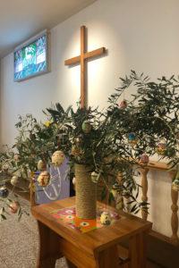 Pääsiäispuu Nishninomiyan seurakunnan alttarin yhteydessä.