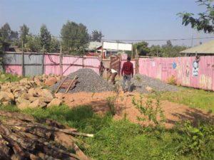 Jimman koulutuskeskuksen tontin työmaalle on tuotu kiviä ja sepeliä. Kuva: Alemayehu Kabbada