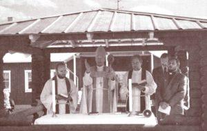 Piispa Leino Hassinen vihkii käyttöön Kelton Teologisen Instituutin ensimmäisen rakennuksen 27.8.1995.