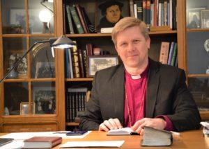 Inkerin kirkon piispa Ivan Laptev työpöytänsä äärellä. Kuva: Liliann Keskinen