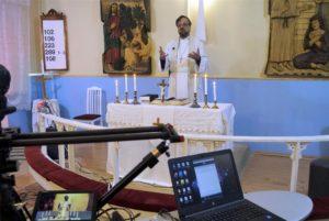 Striimattavaa jumalanpalvelusta toimittaa kirkkoherra Igor Pokormjaho Aunuksen kappeliseurakunnassa Vitelessä. Kuva: Aleksei Jurjevits