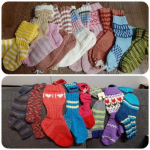 Ihania käsintehtyjä sukkia lähdössä joulupaketteihin.