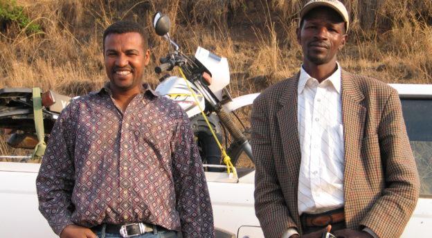 Alemayhu ja Kodeto menossa syrjäiseen kylään pitämään evankelioimisviikonloppua. Kuva: Aki Tuppurainen