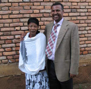 Alemayehu äitinsä kanssa. Kuva: Aki Tuppurainen